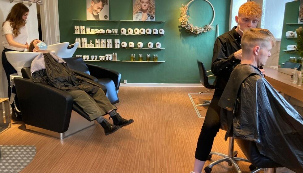 PASS TIL FRISØREN: Tirsdag åpnet frisørene i Danmark igjen - for dansker med coronapass eller fersk covid-19-test. Foto: Camille Bas-Wohlert, AFP/NTB.
