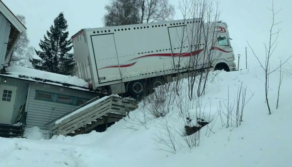 HER ENDTE FERDEN: Da lastebilen stanset i bakken, klarte den ikke lenger å kjøre. Den begynte å skli bakover, og endte her - på taket til John Eivind Gunnes. Foto: John Eivind Gunnes
