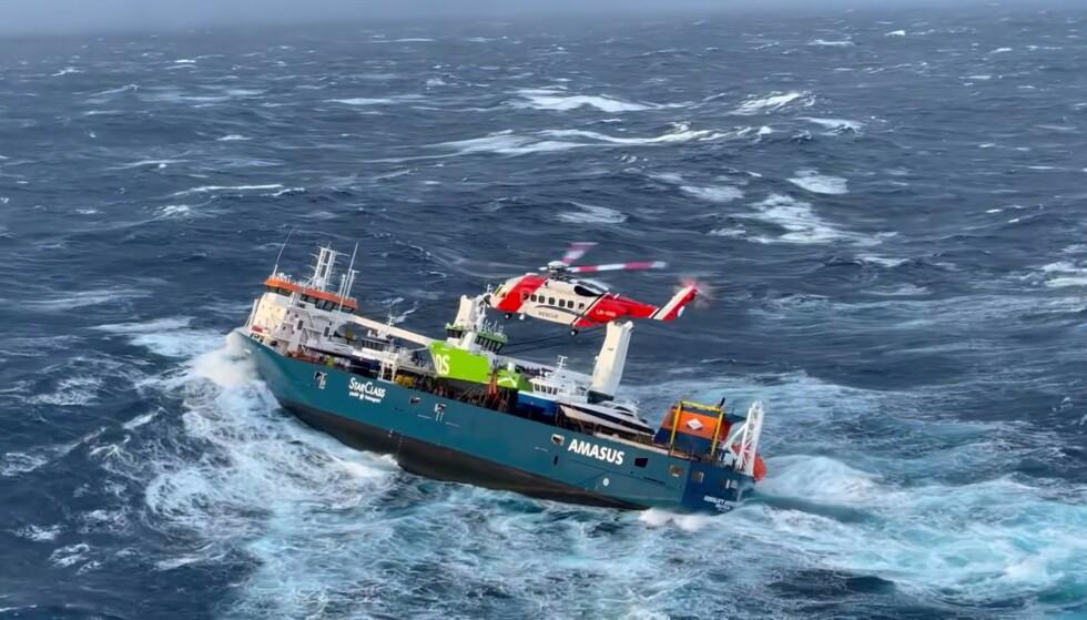 NØDMELDING: Mandag formiddag sendte lasteskipet «Eemslift Hendrika» ut en nødmelding etter at lasten under dekk forskjøv seg og skipet fikk slagside. Foto: Hovedredningssentralen