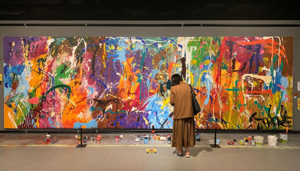 ØDELAGT: En besøkende ser på graffitikunsten til JonOne, som ble ødelagt av et koreansk par som trodde det var delaktig kunst. Foto: NTB/REUTERS/Minwoo Park
