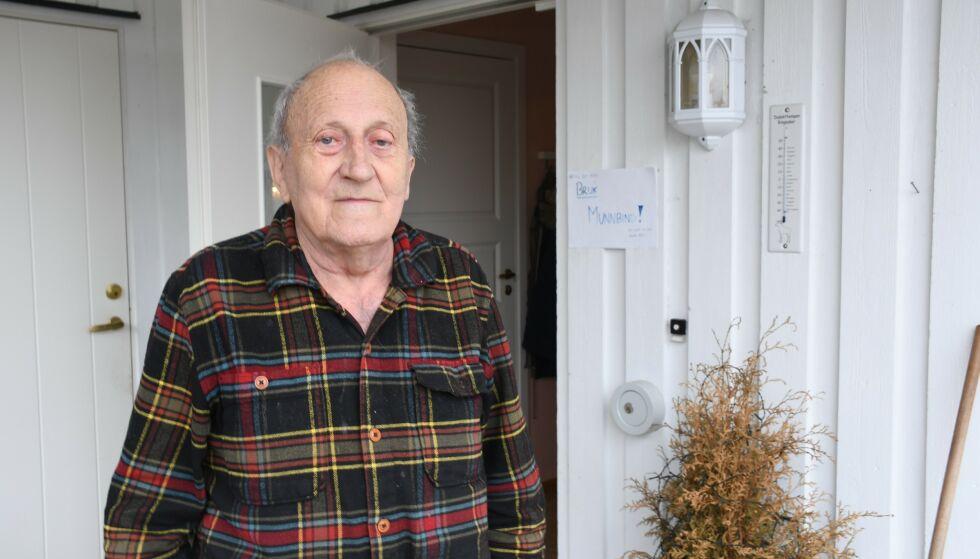 «BRUK MUNNBIND»: Det står det på et skilt utenfor døra til Jan Torstein Bulling , som er i risikogruppa. Foto: Olav Bang Imsgard / Ringsaker Blad