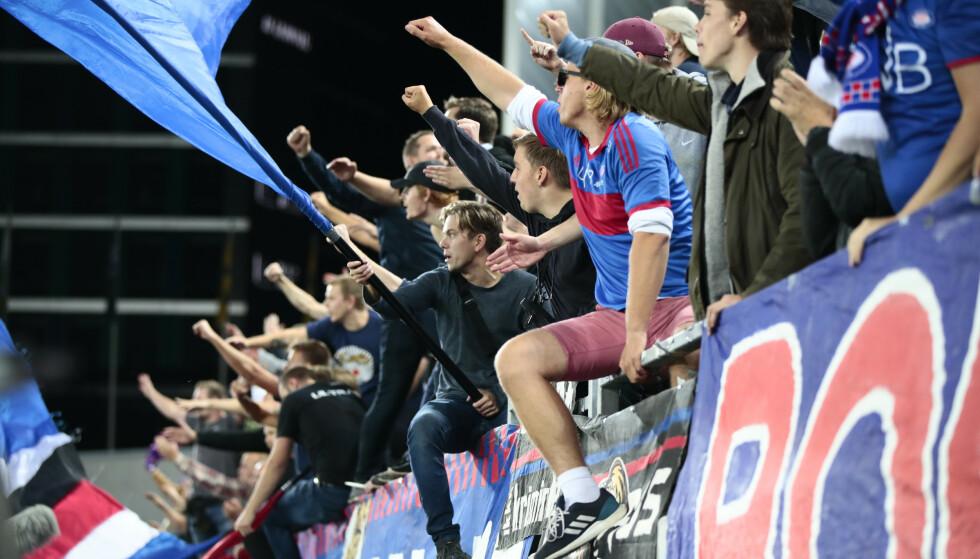 LENGSEL: Vålerenga- supportere under eliteseriekampen i fotball mellom Vlerenga og Brann på Intility Arena. Foto: Lise serud / NTB