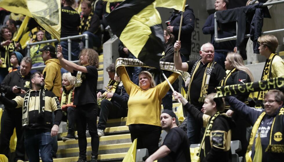 VIL TILBAKE. Her er kanarifansen før NM-finalen i fotball for kvinner mellom LSK kvinner og Vålerenga i Telenor Arena. Foto: Stian Lysberg Solum / NTB