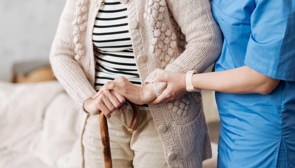AVMAKT: Etter ti år sier Vigdis Reisæter opp sykepleierjobben i 2018. Hun orker ikke lenger gi utilstrekkelig hjelp. Først skriver hun et facebook-innlegg som deles 8000 ganger. Nå utdyper hun i ny dokumentar. Illustrasjonsfoto: NTB / SHUTTERSTOCK