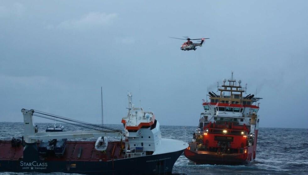 I GANG: Seint onsdag kveld er det igangsatt slep av havaristen «Eemslift Hendrika». Foto: Kystvakten / KV Bergen