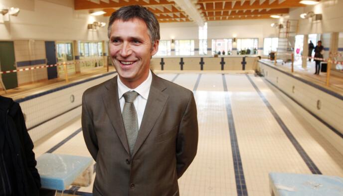 VALGKAMPSAK: Ap fikk mye kjeft for ikke å innfri løftene om å fylle Norges tomme svømmebasseng foran valget i 2005. Her statsminister Jens Stoltenberg på besøk i Stange i 2008. Foto: Bjørn Sigurdsøn / NTB