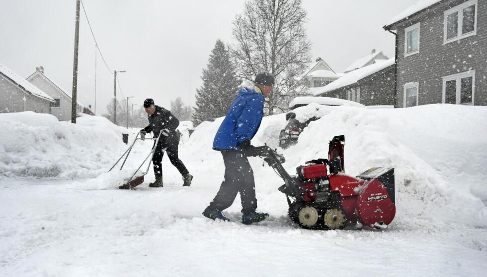 SOL FØR SNØ: Det har falt mye snø i Tromsø de siste dagene. Her jobber Benrhard Simonsen og Jardar Johansen(bak) med snømåking, i Tromsdalen. Fredag blir en solfylt dag i Tromsø, før snøen trolig kommer tilbake. Foto: Rune Stoltz Bertinussen / NTB