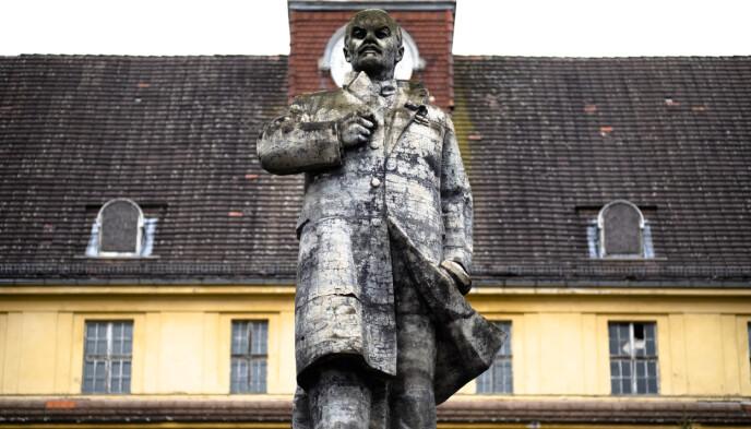 FORTSATT PÅ SOKKEL: Lenin-statuen står fremdeles utenfor Haus der Offiziere, bygningen som huser svømmebassenget. Foto: Markus Schreiber / AP / NTB