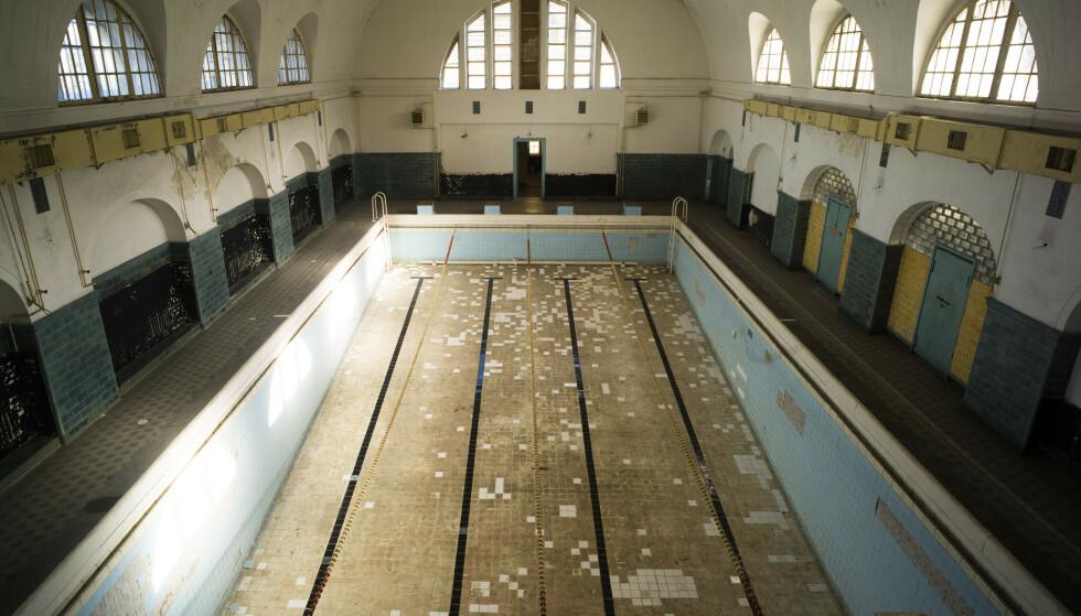 KARAKTERISTISK: Bassenget i Haus der Offiziere i Wünsdorf er lett gjenkjennelig. Foran Berlin-OL i 1936 trente det tyske landslaget i svømming her. Markus Schreiber / AP / NTB