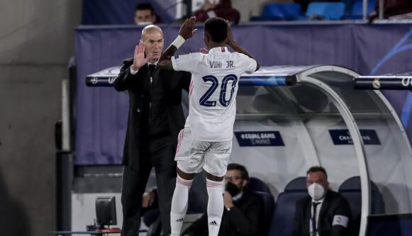 KRITISERT: Zinedine Zidane og Vinícius Júnior kunne smile bredt etter kampen mot Liverpool. Foto: AP Photo/Manu Fernandez