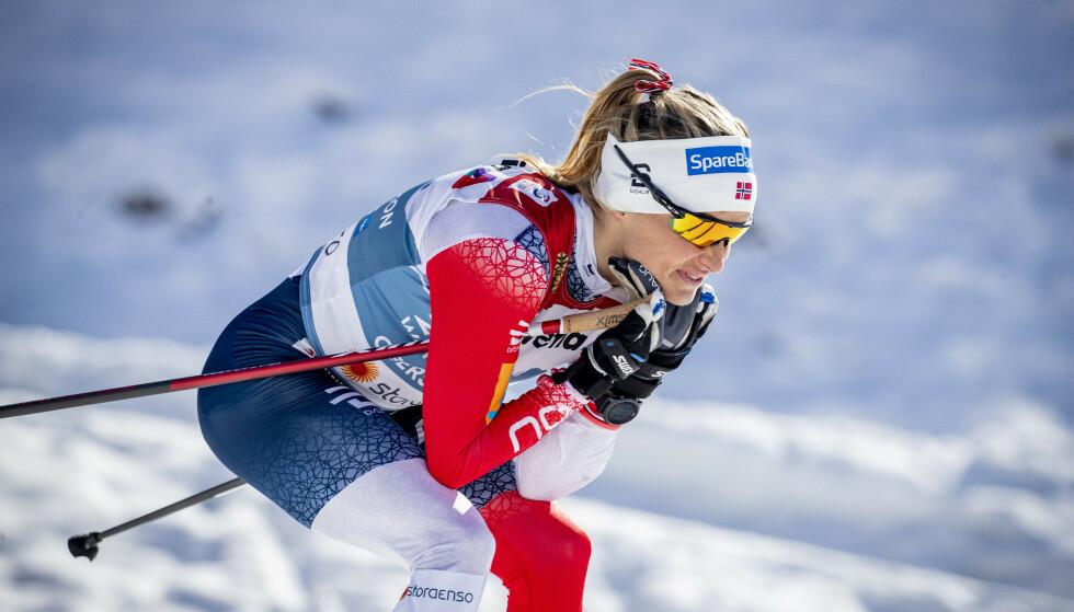 SUSTE INN TIL SEIER: Therese Johaug hadde tid til å smile underveis i VM-tremila, men feil størrelse på reimene ga henne problemer i etterkant. Foto: Bjørn Langsem / Dagbladet