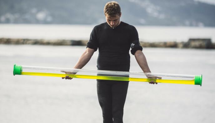 «LATTERLIG GOD»: Her får Isak Dreyer testa balansen sin i «Norges Tøffeste». Foto: Erlend Lånke Solby / NRK.