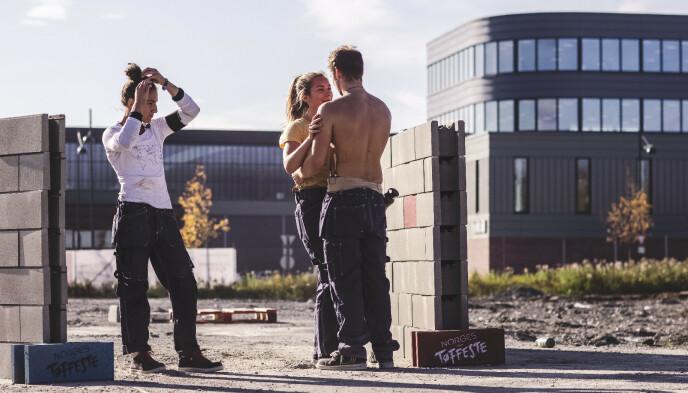 FLØRT: Deltakerne Seher Kaya, Victoria Eikremsvik Tolaas og Isak Dreyer under innspillingen av «Norges Tøffeste» i fjor. Foto: Erlend Lånke Solbu / NRK.