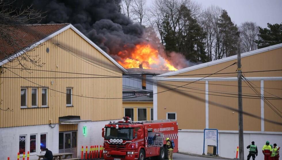 KRAFTIG BRANN: Det brant kraftig på Kirkebygda skole i Våler torsdag ettermiddag. Foto: Freddie Larsen