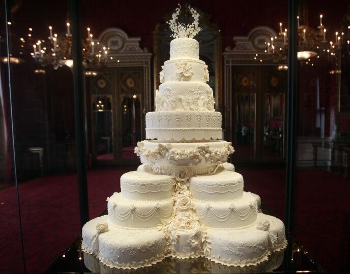 KREVENDE: Å få på plass denne kaka skulle vise seg å bli et problem, og teamet bak måtte derfor fjerne en dør i dronningas hjem. Foto: REX / NTB