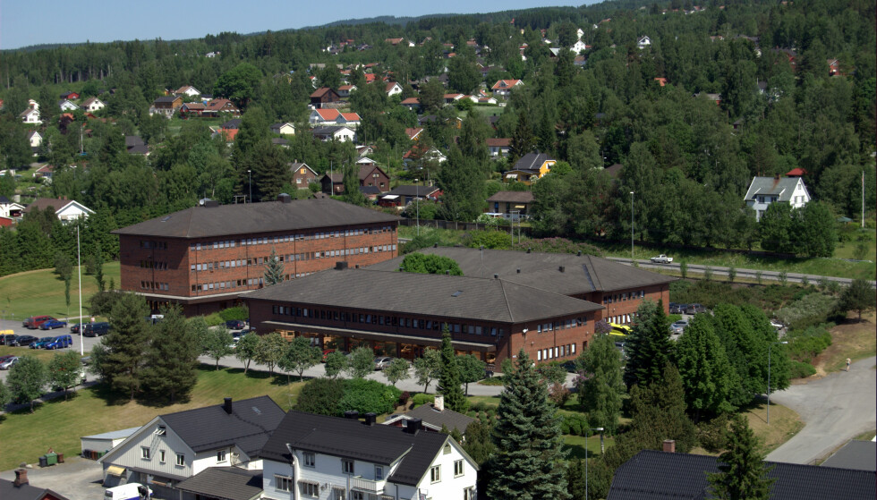 KREVENDE: Gran kommune opplever smittesporingen etter dødsfallet som krevende. Her fra rådhuset. Foto: Kagee / Wikimedia Commons