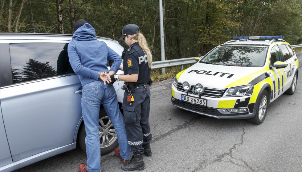 MAKTMIDLER: Kan politiet ransake kropp, mobil og bopel hvis det ikke er grunnlag for å mistenke mer enn besittelse av mindre mengder narkotika? Nei, sier Riksadvokaten. Ja, sier politiet. Illustrasjonsfoto: Gorm Kallestad / NTB