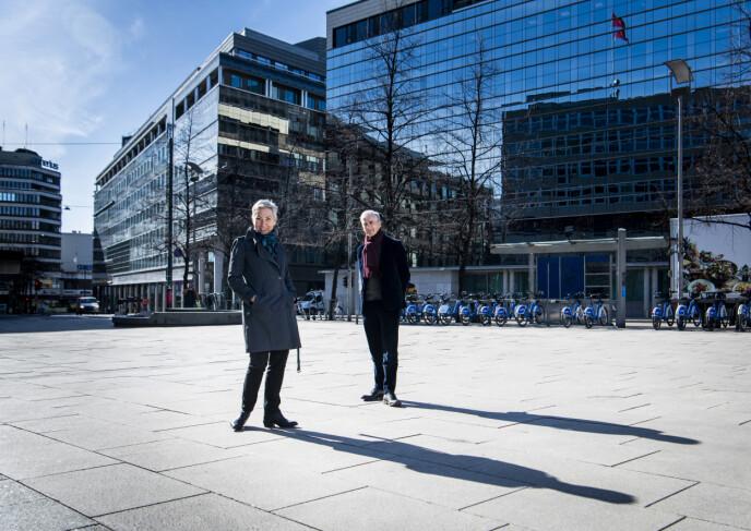 MÅ GJENREISE: Ap-leder Jonas Gahr Støre og LO-leder Peggy Hessen Følsvik i en ganske tom og død by. Det meste er nedstengt. De mener landet ikke bare trenger gjenåpning, men gjenreising av et tryggere og grønnere arbeidsliv. Foto: Lars Eivind Bones/Dagbladet