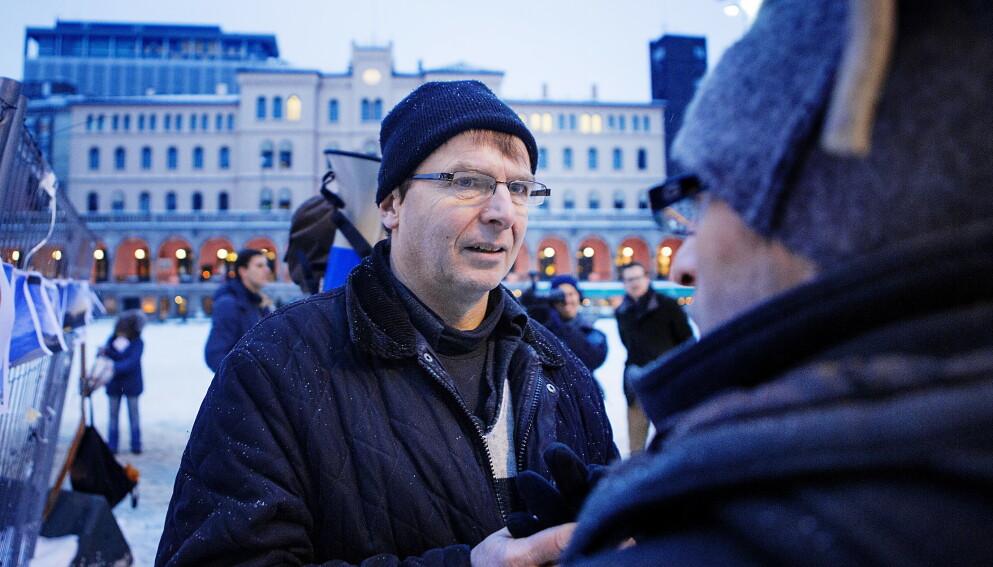 FRONTFIGUR: Hans Gaarder (60) har frontet en rekke kontroversielle aksjoner. Her fra Oslo i 2014, under en demonstrasjon i regi av «Oslo Chemtrails», som hevder befolkningen blir manipulert av kondensstripene man ser etter fly. Foto: Christian Roth Christensen / Dagbladet