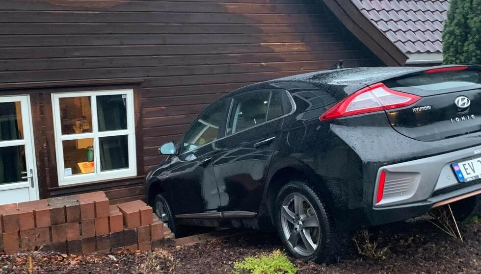 BIL I VEGGEN: I vinduet på bildet satt Tore Navrestad da bilen plutselig havnet i husveggen. Foto: Privat.