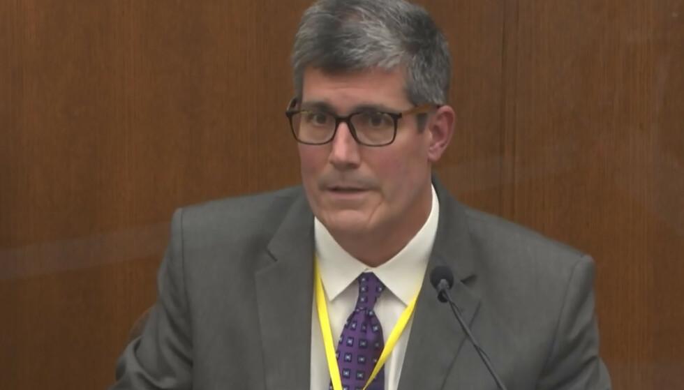STÅR FAST: Rettsmedisiner Andrew Baker i Hennpin County står fast på sin beskrivelse av dødsfallet til George Floyd som et drap. Foto: Court TV via AP, Pool