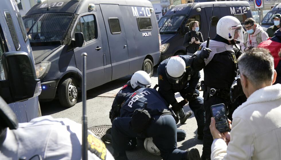 INNBRAGT: Fem motdemonstranter ble innbrakt av politiet. Foto: Heiko Junge / NTB
