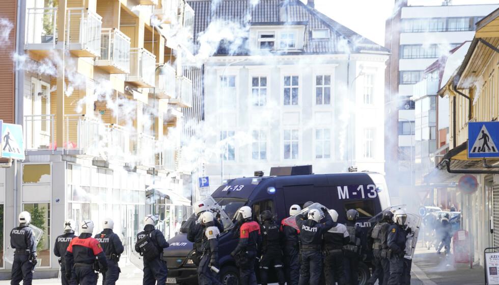 GASS: Det var ifølge NTB ingen motdemonstranter som greide å bryte gjennom politiets sperringer, men politiet brukte blant annet gass for å hindre dette. Foto: Heiko Junge / NTB