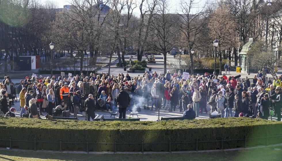 STORTINGET: Coronaskeptikere samlet seg til markering og appeller utenfor Stortinget lørdag ettermiddag. Foto: Heiko Junge / NTB