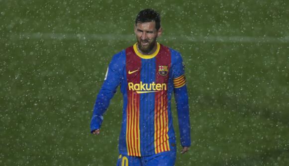 I REGNVÆRET: Det ville seg ikke for Lionel Messi i Madrid denne gangen. Foto: AP Photo/Manu Fernandez.