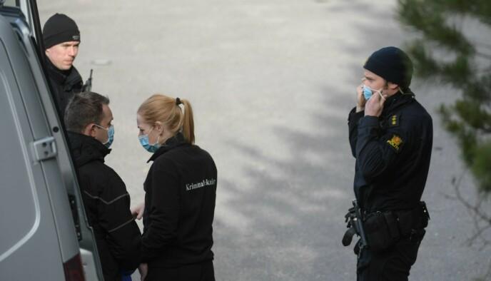 ETTERFORSKNING: Politiets etterforskere, inkludert kriminalteknikere, er på plass ved boligen. Foto: Olav Svaland