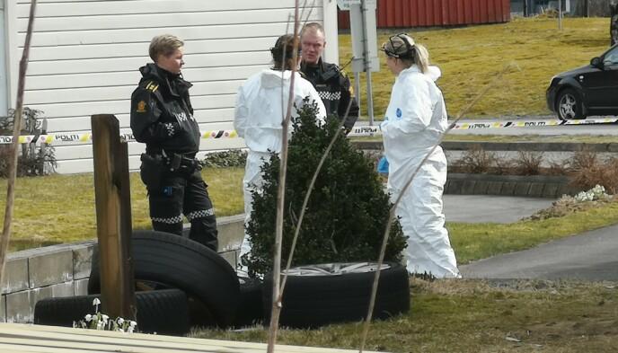 I ROGALAND: Politiets etterforskere på plass på en adresse i Rogaland. Foto: Ronny Hjertås
