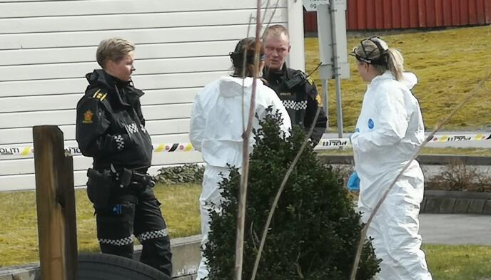 PÅGREPET: Politiets etterforskere her på plass i Rogaland ved den pågrepnes bopel. Foto: Ronny Hjertås