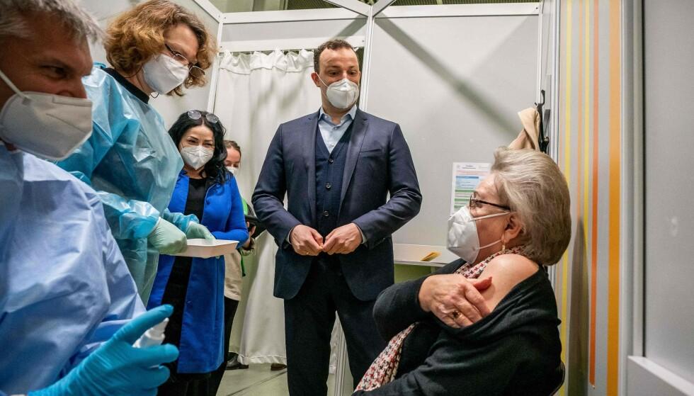 VAKSINE: Den tyske helseministeren Jens Spahn og Berlins helsesenator Dilek Kalayci får være til stede mens en kvinne får sin andre vaksinedose i Berlin. Bildet er tatt 5. april 2021. Foto: Michael Kappeler / POOL / AFP