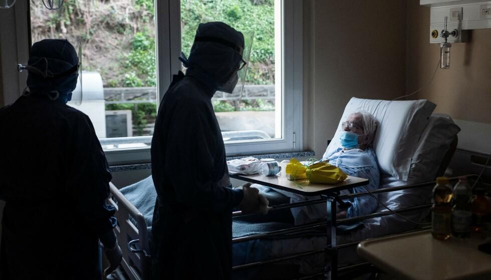 HARDT RAMMET: Italia ble hardt rammet av den første smittebølgen og er nå inne i den tredje. Her får en coronapasient servert en tradisjonell italiensk påske-kake på sykehuset GVM Maria Pia Hospital i Torino 4. april. Foto: Marco Bertorello / AFP / NTB