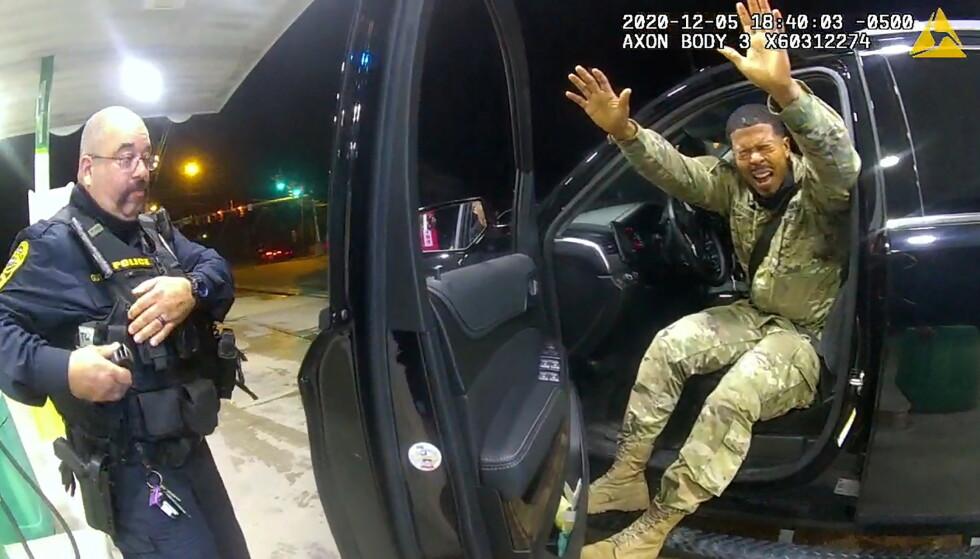 PEPPERSPRAY: Caron Nazario kommer ut av bilen med hendene hevet etter å ha blitt sprayet med pepperspray. Foto: Windsor Police/Handout via REUTERS