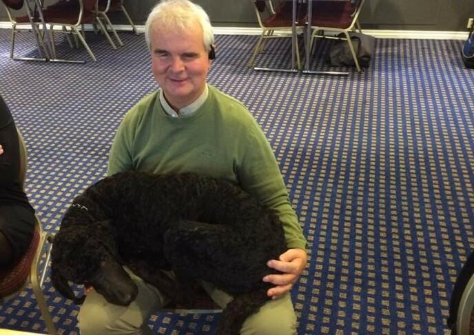 TO GODE VENNER: Lars Semmerud stoler på hunden Enzo, og er glad for hjelpen fra sin firbeinte venn, når de er ute på tur. Men Semmerud forteller at det er mange blinde og svaksynte som ikke har førerhund, og ifølge 55-åringen har de det betraktelig vanskeligere ute på gata i Oslo. Foto: Privat