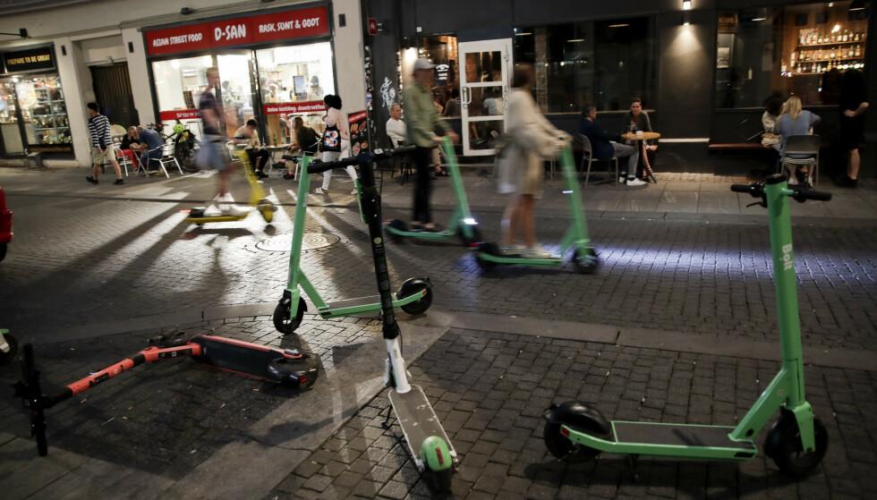 SKAPER KAOS: Sparkesykler i Torggata i Oslo en kveld i juli 2020. Foto: Vidar Ruud / NTB