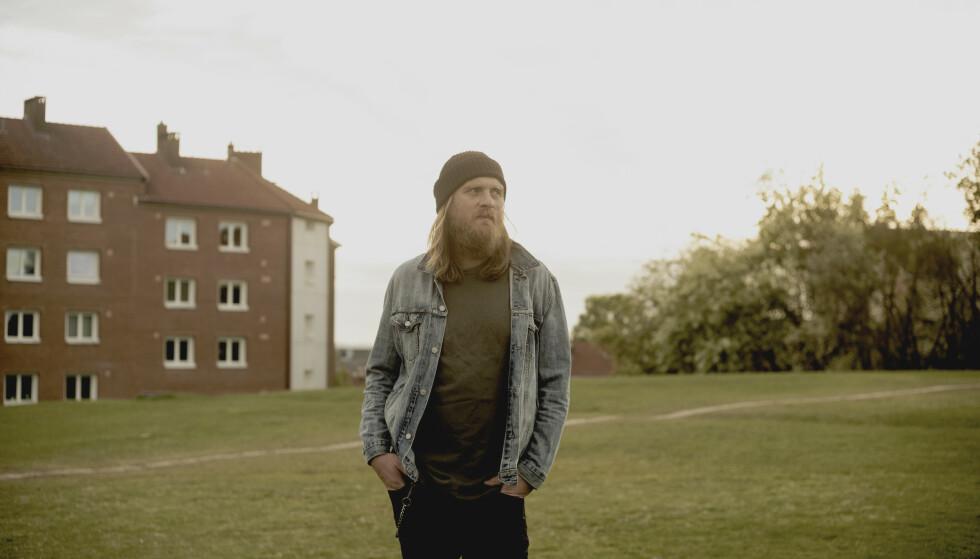 EN SØRLENDING I OSLO: Erlend Ropstad styrker posisjonen som en av Norges mest betydningsfulle rockere med «Da himmelen brant var alle hunder stille», mener vår anmelder. Albumet kommer fredag. Foto: Marthe Vannebo