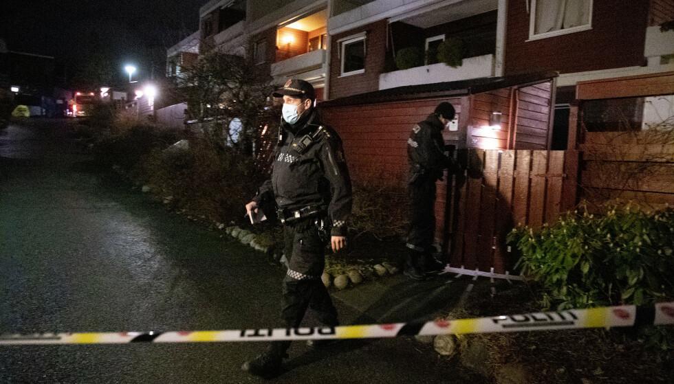 AVHØRERE NABOER: Politiet går fra dør til dør i nabolaget. Foto: Bjørn Langsem / Dagbladet