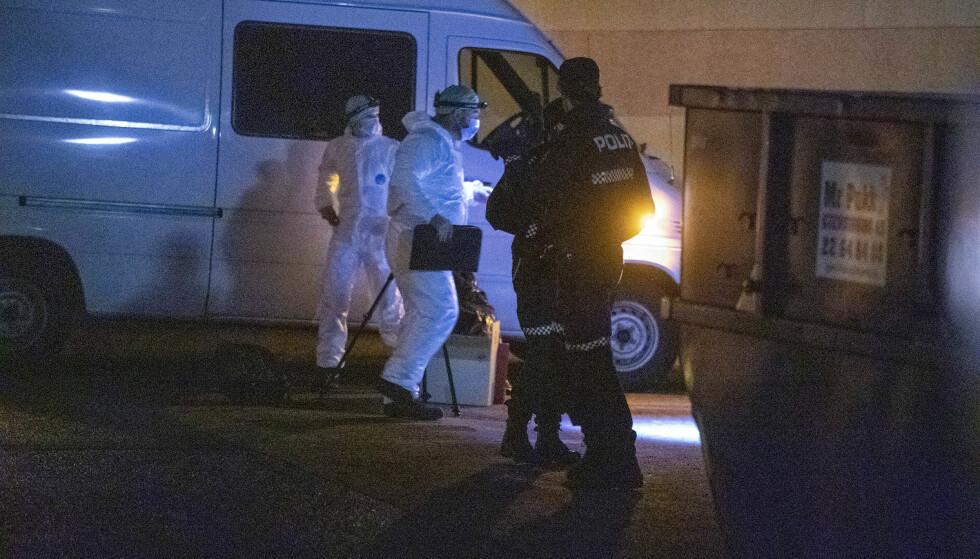 SIKRER SPOR: Krimteknikere sijkrer spor utenfor leilkigheten. Foto: Bjørn Langserm / Dagbladet