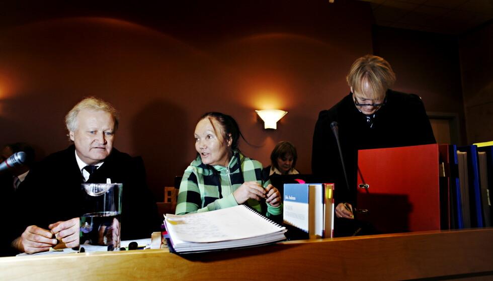 ENGASJERT: Advokat Tor Kjærvik var en advokat som jobbet like iherdig med alle saker. Her er han (t.v) i retten sammen med tiltalte Berit Thorstensen i 2009. Foto: Frank Karlsen / Dagbladet