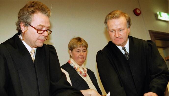 NÆRE: Morten Kjensli (t.v) og Tor Kjærvik (t.h) startet eget advokatkontor og jobbet i tospann. Her representerer de Eva Mai Larsen i Landås-saken i Bergen. Foto: NTB
