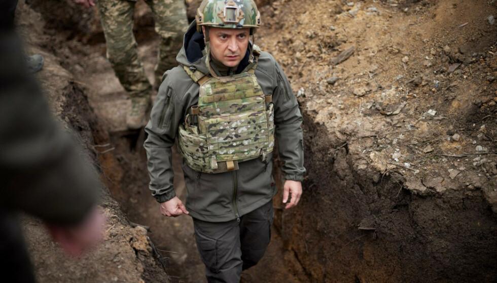 I SKYTTERGRAVA: Ukrainas president Volodymyr Zelenskyj i felten i Donbass sist helg. Foto: AFP / NTB