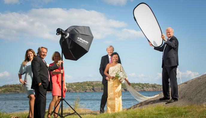 HJELPER: Tor Kjærvik (t.h.) som hjelper til med fotograferingen av bryllupet til Kanya Noisang og Trond Mæland. Fra venstre Kjærviks samboer Merete Bertheussen, Egil Eriksen og Bjørg Dybsjord. Foto: Espen Solli