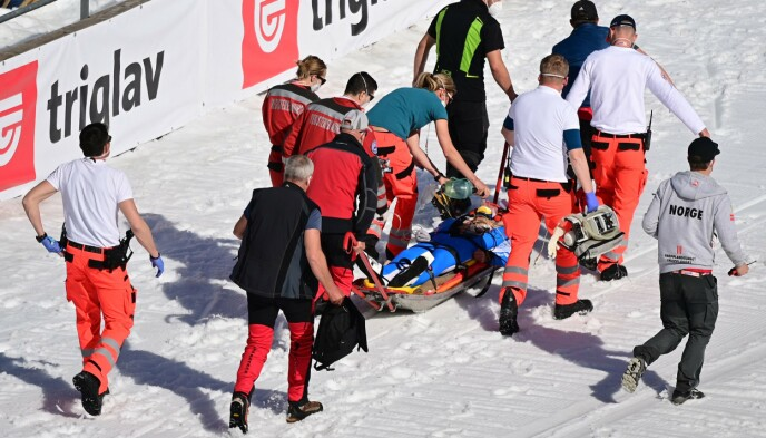 BEVISSTLØS: Daniel-André Tande ble fraktet ut av bakken med båre. Foto: NTB