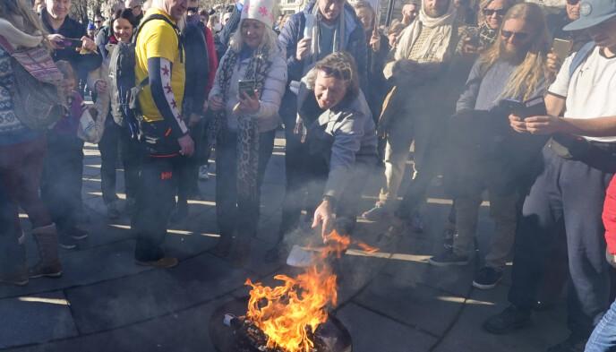 DEMONSTRERTE: Svein Østvik tok forrige lørdag del i en demonstrasjon utenfor Stortinget, der de blant annet brant munnbind. Opptrinnet har vekket massive reaksjoner. Foto: Heiko Junge / NTB