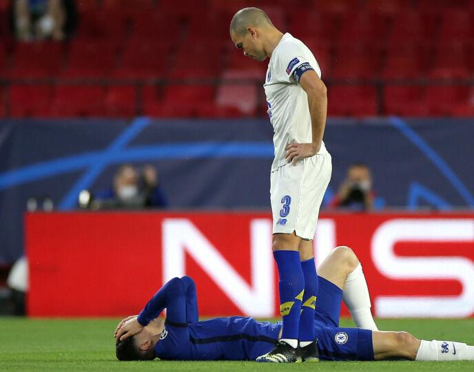DRAMA: Pepe lurer på hvordan det går med Kai Havertz etter å ha plantet en albue i ham. Foto: NTB