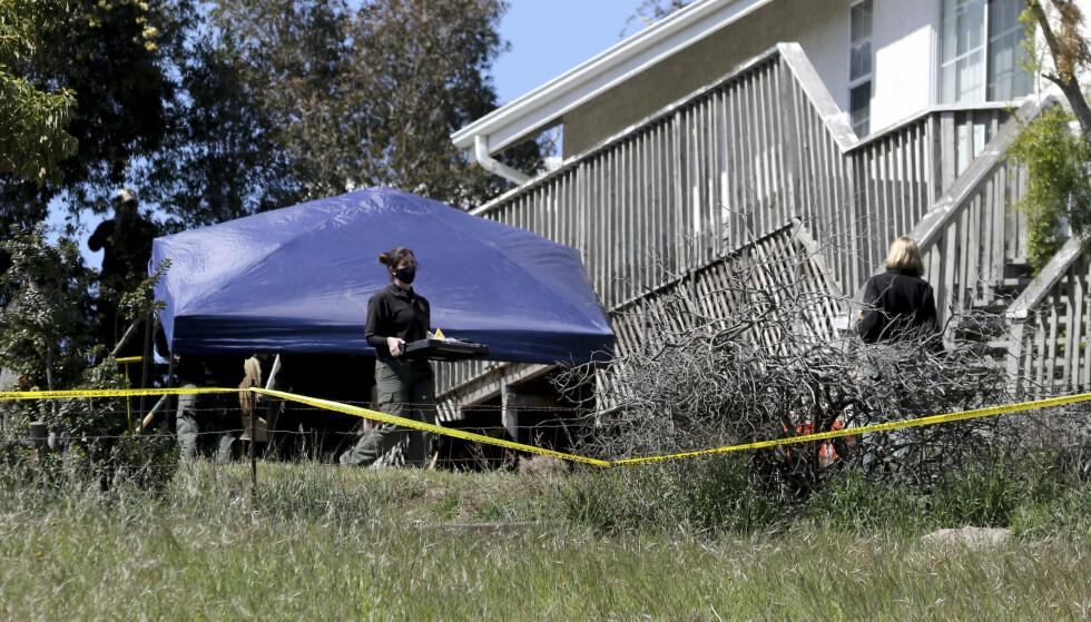 UNDERSØKELSER: Lokalt politi gjennomfører fortsatt undersøkelser på tomta til den pågrepne mannens far. Foto: Daniel Dreifuss / AP Photo / NTB