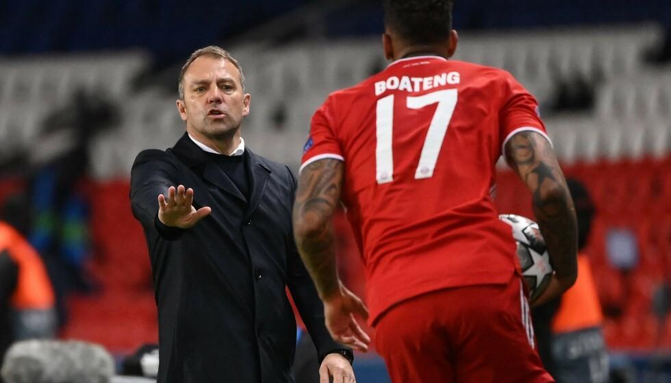MISFORNØYD: Bayern-trener Hansi Flick i samtale med Jerome Boateng i kampen mot PSG. Foto: NTB