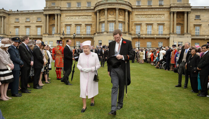 PENSIONER: Queen Elizabeth and Earl Peel in 2013. Photo: John Stillwell / Pa Photos / NTB